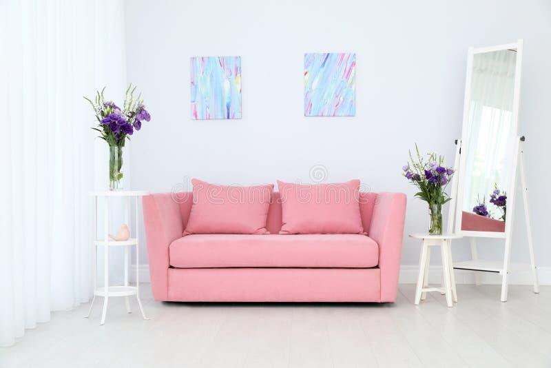 Modern inre av vardagsrum med den bekväma soffan fotografering för bildbyråer