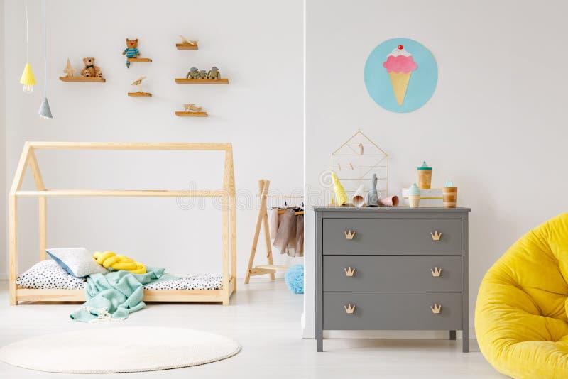 Modern inre för rum för barn` s arkivbilder