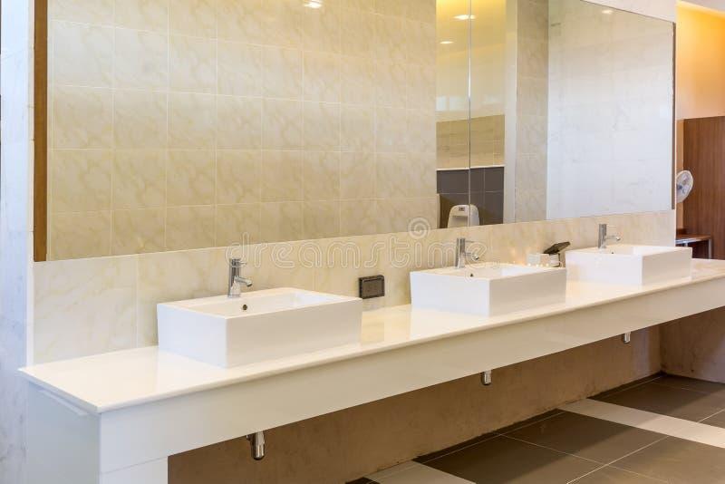 Modern inre för tvättställvaskräknare i toalett royaltyfria bilder