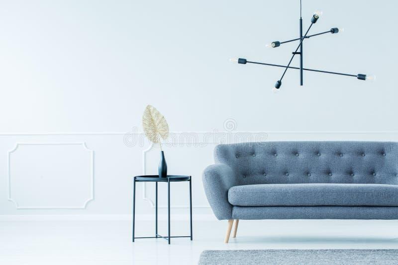 Modern inre med soffan arkivfoton