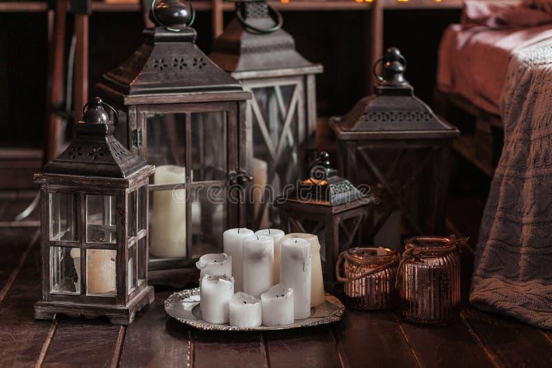 Modern inre och hem- dekorbegrepp Med stearinljus, lyktor och ljusstakar Trädelar arkivfoton