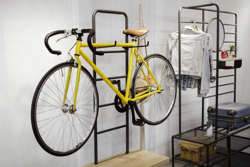 Modern inre rumdesign för idé med hyllan och cykeln arkivfoto