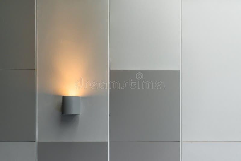 Modern inre tändande garnering för vägglampa i modern byggnad fotografering för bildbyråer
