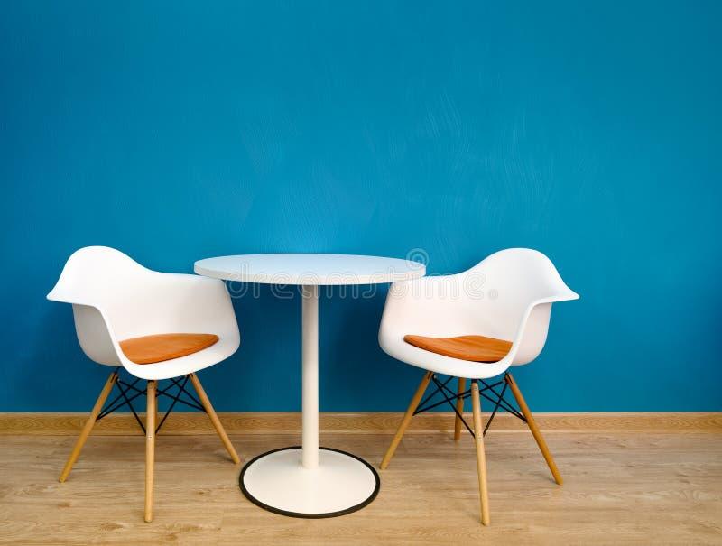 Modern inre tabell och tv? stolar arkivfoton