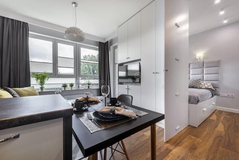 Modern inredesign med sovrummet arkivfoto