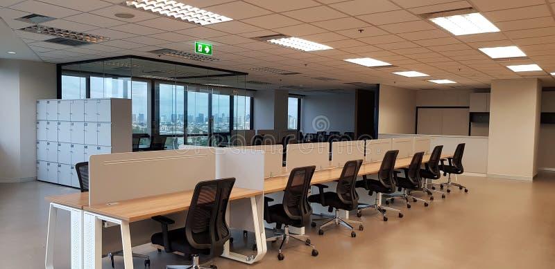 Modern inredningsdesign med radsvarta stolar och träbord med fönster- och byggbakgrund i svartvitt t fotografering för bildbyråer
