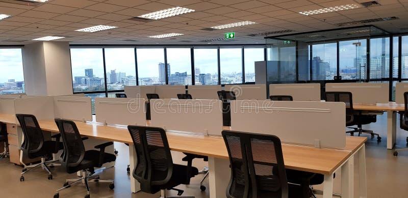 Modern inredningsdesign med radsvarta stolar och träbord med fönster- och byggnadsbakgrund royaltyfri bild