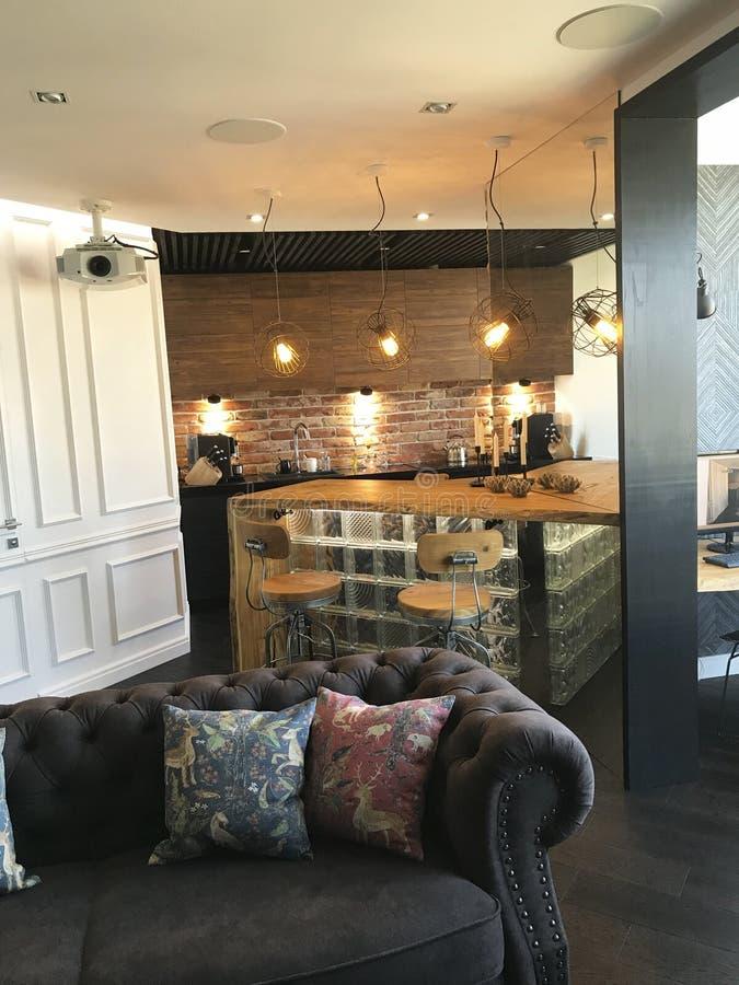 Modern interieur ontwerp van de woonkamer Elegante stijl stock foto