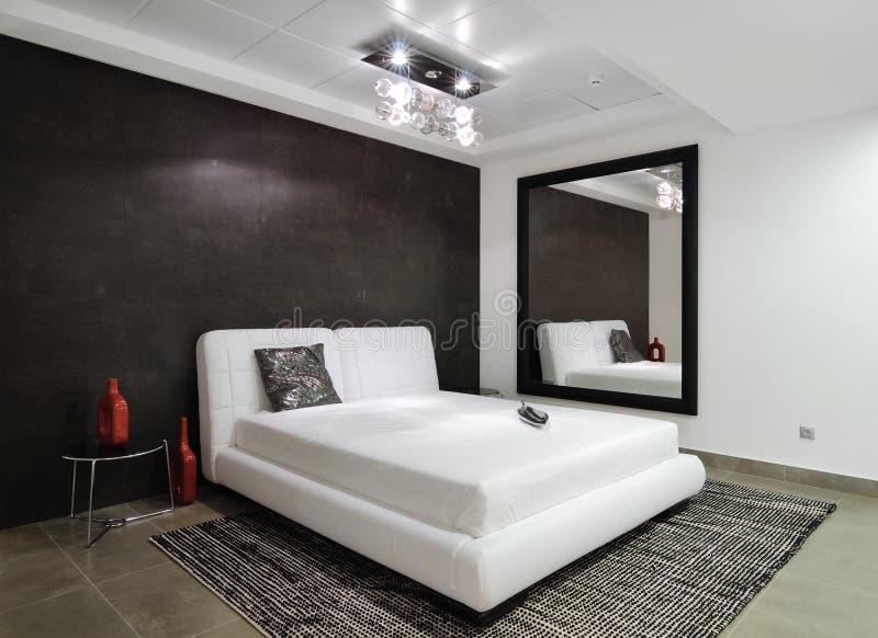 Modern interior. Sovrum. royaltyfri foto