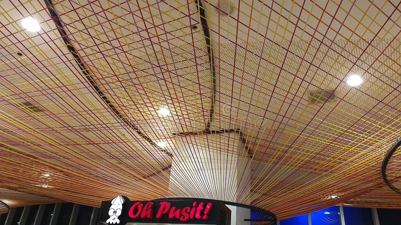 Modern intern design i SM Seaside City Food Court i Cebu, Filippinerna arkivbilder