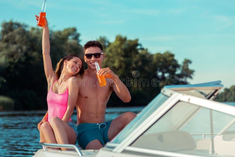 Modern jong paar die van elke anderen in openlucht genieten bedrijf stock fotografie