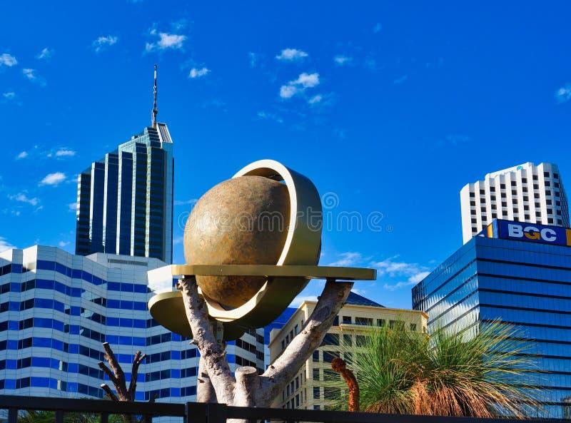 Modern jordklotskulptur och Perth höga löneförhöjningkontorsbyggnader, västra Australien fotografering för bildbyråer