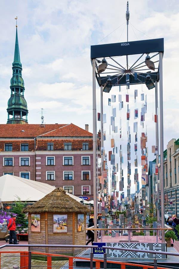 Modern julgran i den gamla staden av Riga royaltyfria bilder