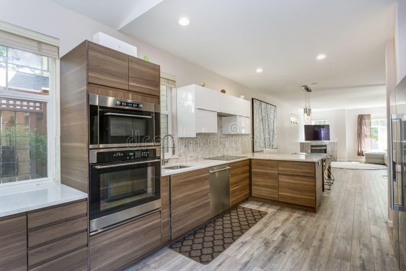 Modern kökdesign i ett omdanat hem royaltyfria bilder