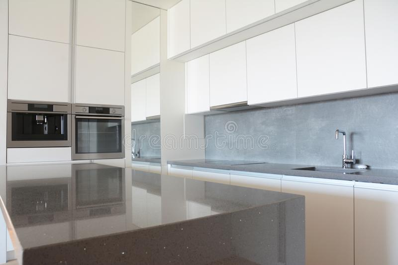 Modern kökinre i nytt hus efter hem- renovering royaltyfri fotografi