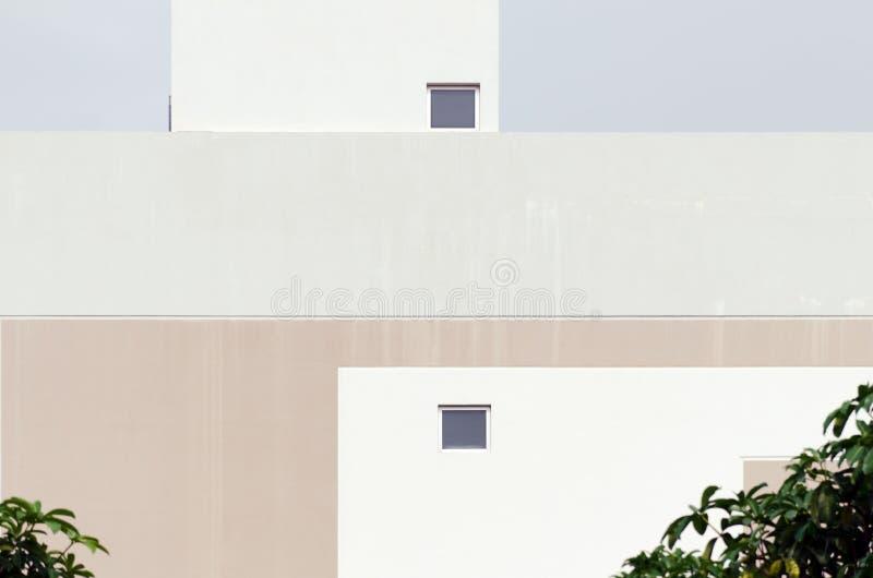 Modern kall för byggnadsfasad för pastellfärgad färg detalj arkivfoto
