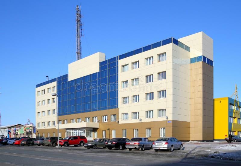 Modern kantoorgebouw in de stad Gubkinsky in het district Yamalo-Nenets van de Russische Federatie stock foto