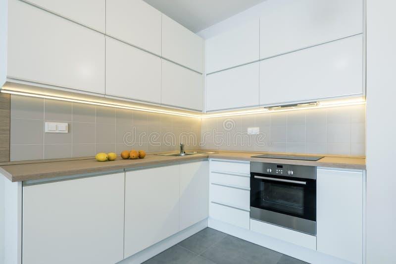 Modern keuken binnenlands ontwerp in witte kleur stock afbeeldingen