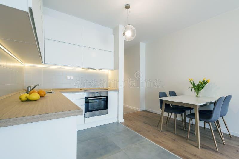Modern keuken binnenlands ontwerp in witte kleur royalty-vrije stock foto