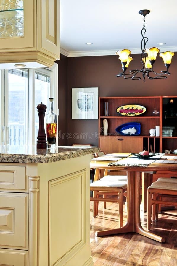 Modern keuken en eetkamerbinnenland royalty-vrije stock afbeelding
