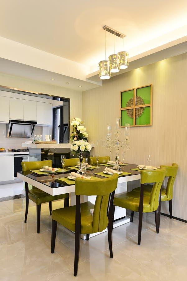 Modern keuken en het dineren gebied stock afbeeldingen
