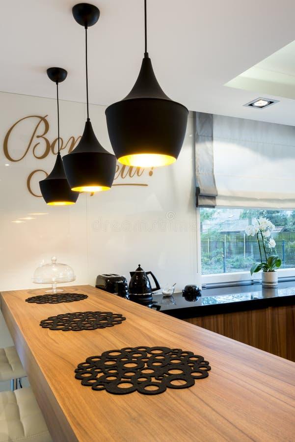Modern keuken tegen binnenlands ontwerp stock foto's