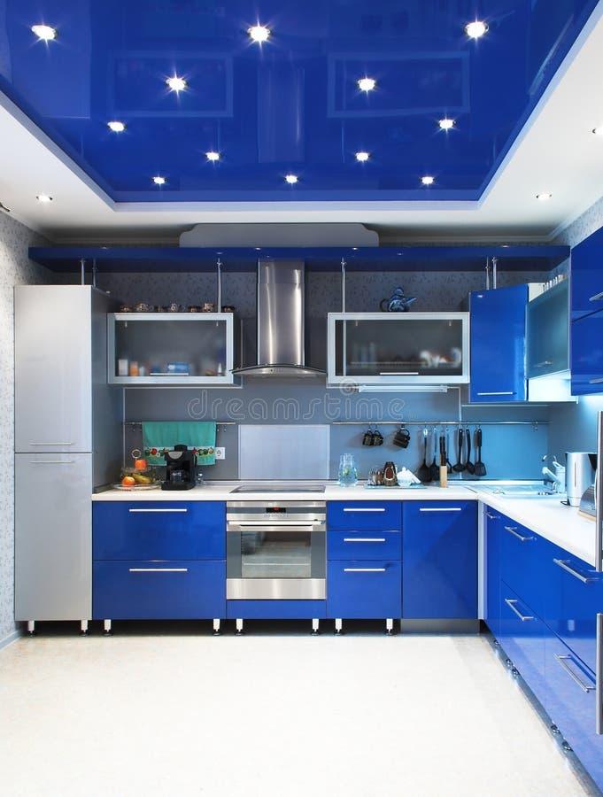 Modern keukenbinnenland in blauw royalty-vrije stock foto's