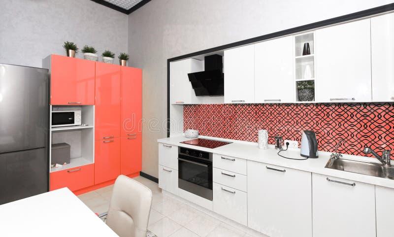 Modern keukenbinnenland Kleur van het jaar 2019 het Leven koraal stock foto