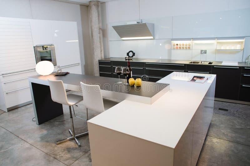 Modern keukenbinnenland met appelen en glazen wijn royalty-vrije stock foto's