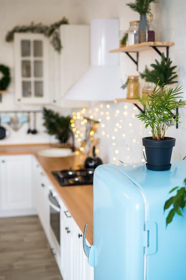Modern Keukenbinnenland met Eiland, Gootsteen, Kabinetten in Nieuw die Luxehuis in Kerstmisstijl wordt verfraaid stock afbeelding