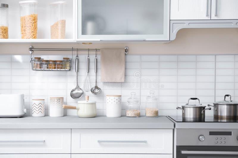 Modern keukenbinnenland met houseware en meubilair royalty-vrije stock foto's