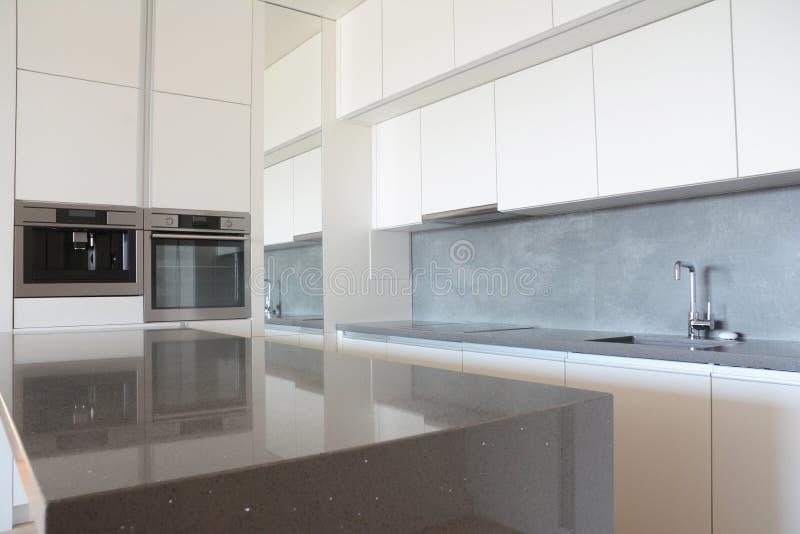 Modern keukenbinnenland in nieuw huis na huisvernieuwing royalty-vrije stock fotografie