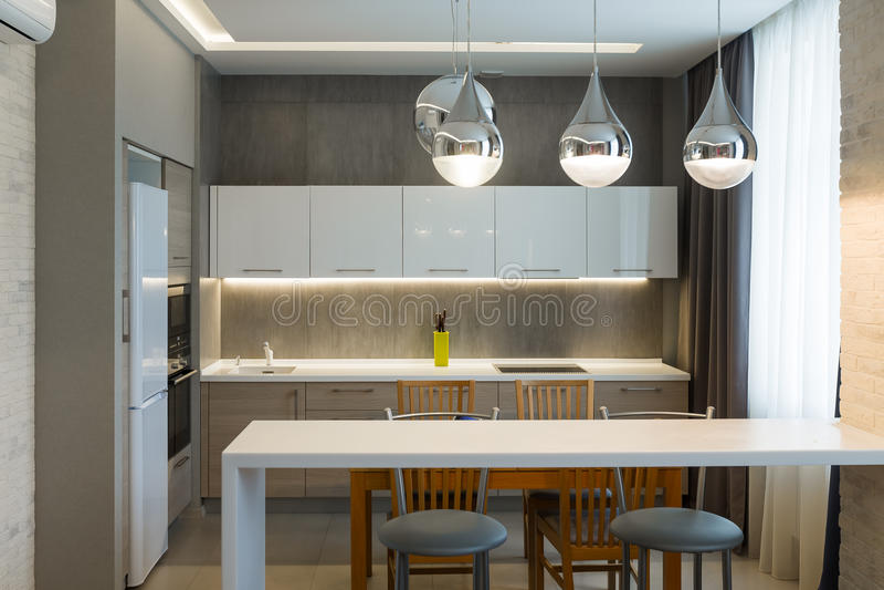 Modern keukenbinnenland in nieuw luxehuis, flat stock afbeelding