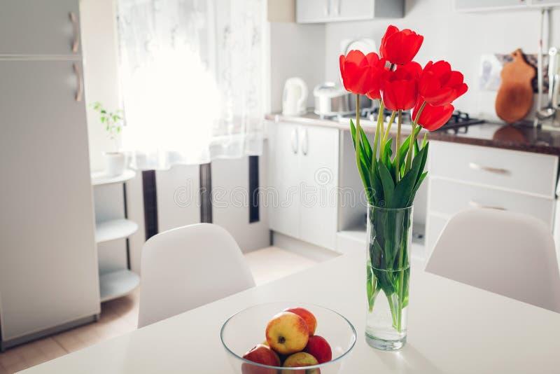Modern keukenontwerp Binnenland van witte en zilveren die keuken met bloemen wordt verfraaid Comfortabele flat royalty-vrije stock fotografie