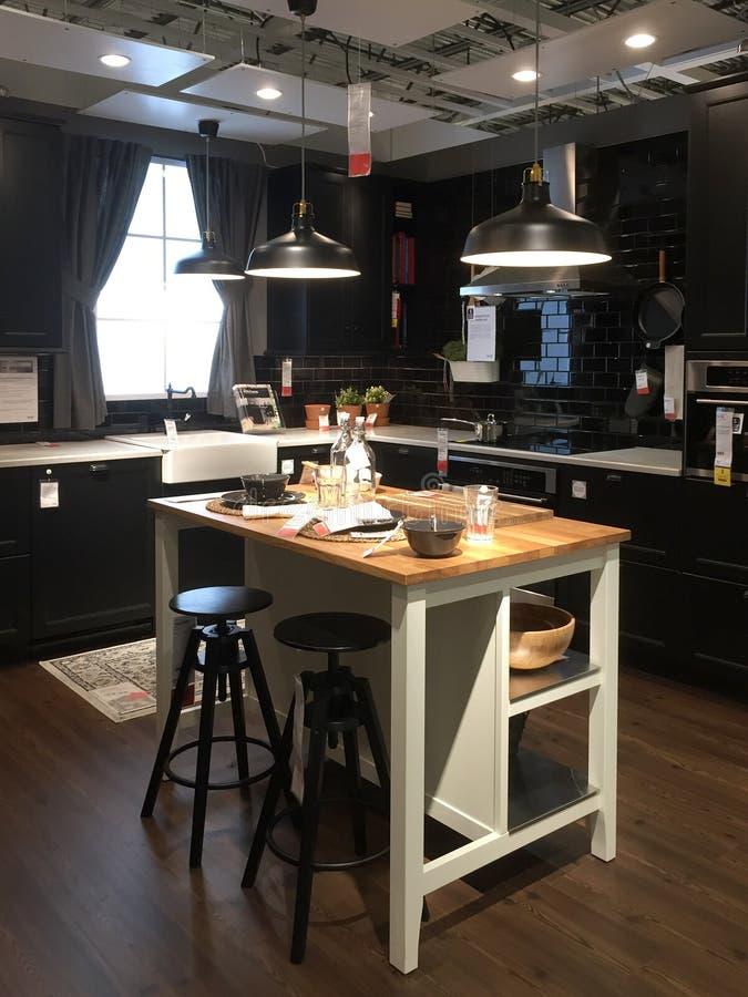 Modern keukenontwerp met eiland bij opslag IKEA royalty-vrije stock fotografie