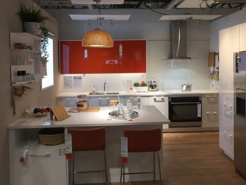 Modern keukenontwerp met eiland in IKEA stock afbeelding