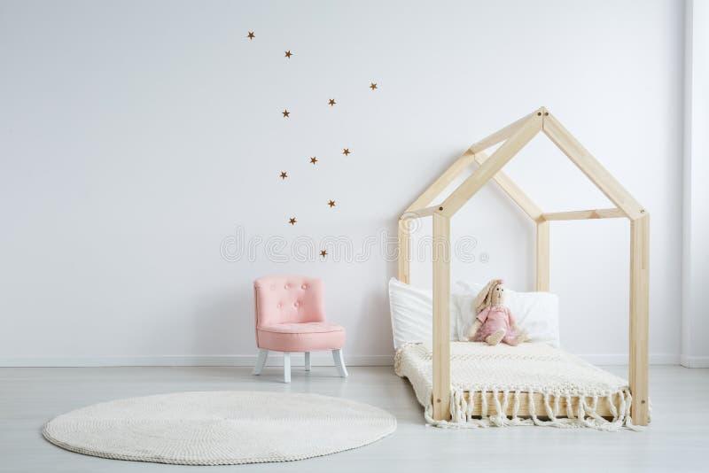 Modern kinderen` s meubilair in slaapkamer stock afbeeldingen