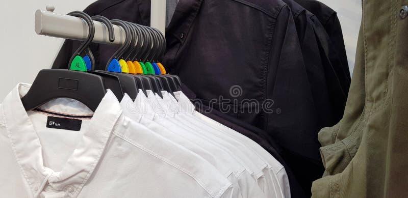 Modern kläder i en shoppa på en hängare Skjortor och tröjor av dif fotografering för bildbyråer