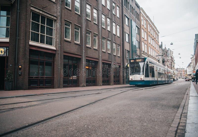 Modern kollektivtrafik i Amsterdam, Nederländerna royaltyfria bilder