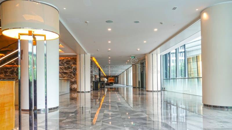 Modern kommersiell byggande korridor för hotell för lobbykontorskorridor royaltyfri foto