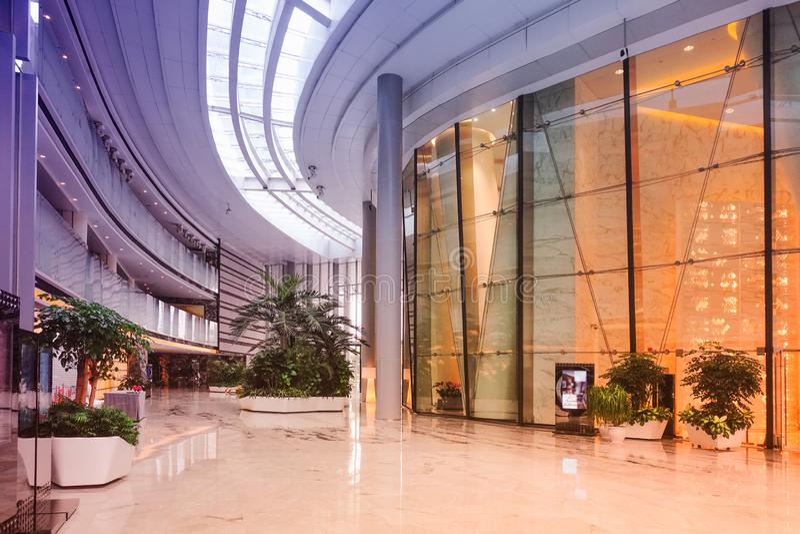 Modern kommersiell byggande korridor f?r hotell f?r lobbykontorskorridor fotografering för bildbyråer