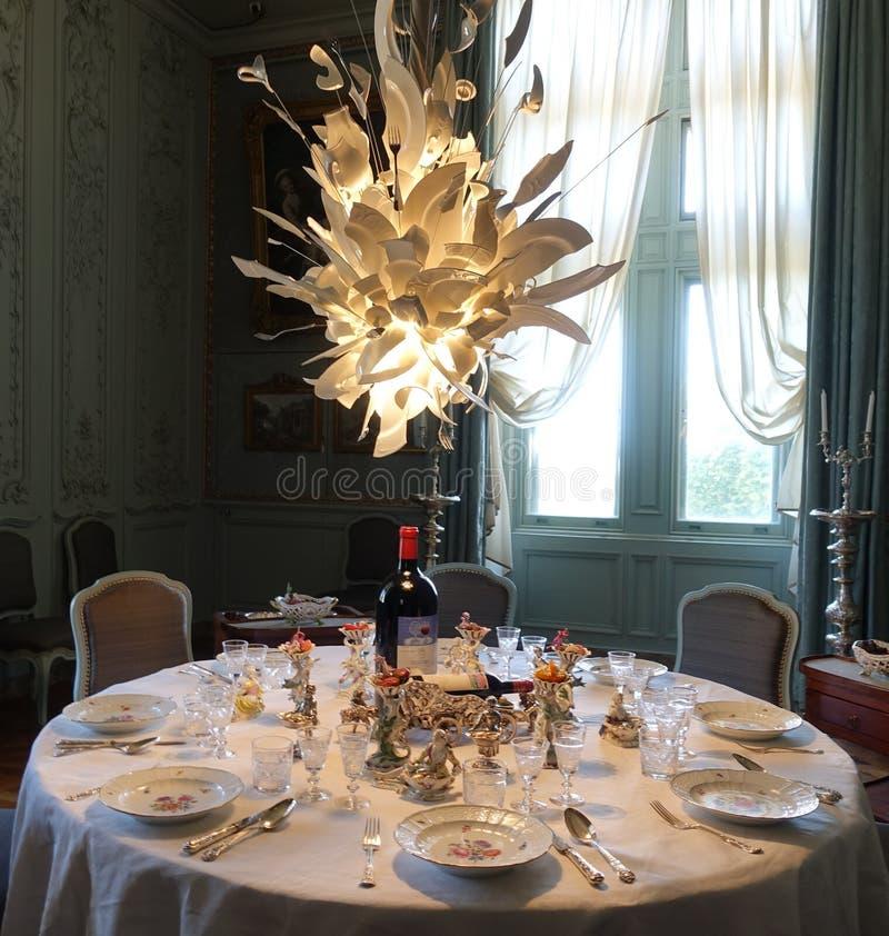 Modern konst och aristokratisk tabelldesign royaltyfria bilder
