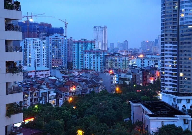 Modern konstruktion i Vietnam runt om historiskt parkerar och hus royaltyfri foto