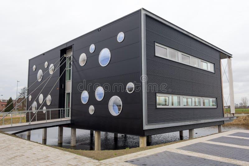 Download Modern kontorsbyggnad redaktionell arkivbild. Bild av industriellt - 37346312