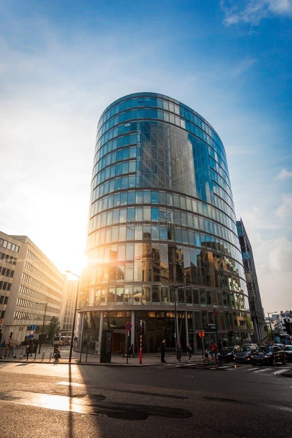 Modern kontorsbyggnad i en stads- milj? royaltyfri bild