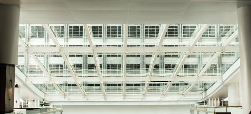 Modern kontorsbyggnad med det glass paneltaket royaltyfri bild