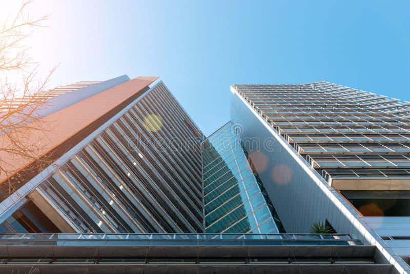 Modern kontorsbyggnad med fasaden av exponeringsglas på himmelbakgrund royaltyfria foton