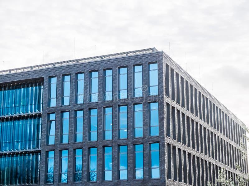 Modern kontorsbyggnad med vertikala Windows royaltyfri foto