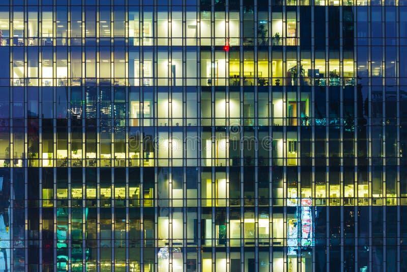 Modern kontorsbyggnad på natten royaltyfri fotografi