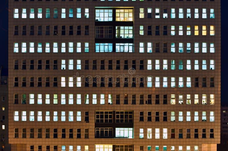 Modern kontorsbyggnad på nattslutet upp royaltyfri foto